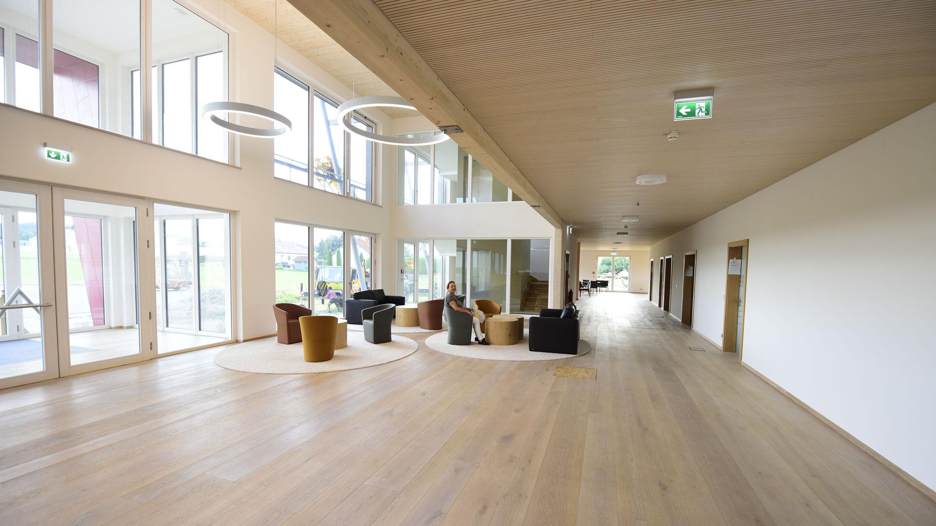 Foyer eines Firmengebäudes Lounge-Bereich und Fußboden aus natürlichen Materialien geplant und realisiert durch Innenarchitektin Barbara Jurk atelier8 in Frankfurt