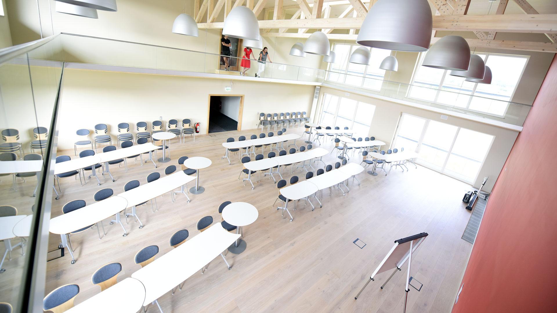 Tagungsraum mit Galerie und Holzbalken in der Decke – Innenraumgestaltung durch Innenarchitektin Barbara Jurk von atelier8 in Frankfurt