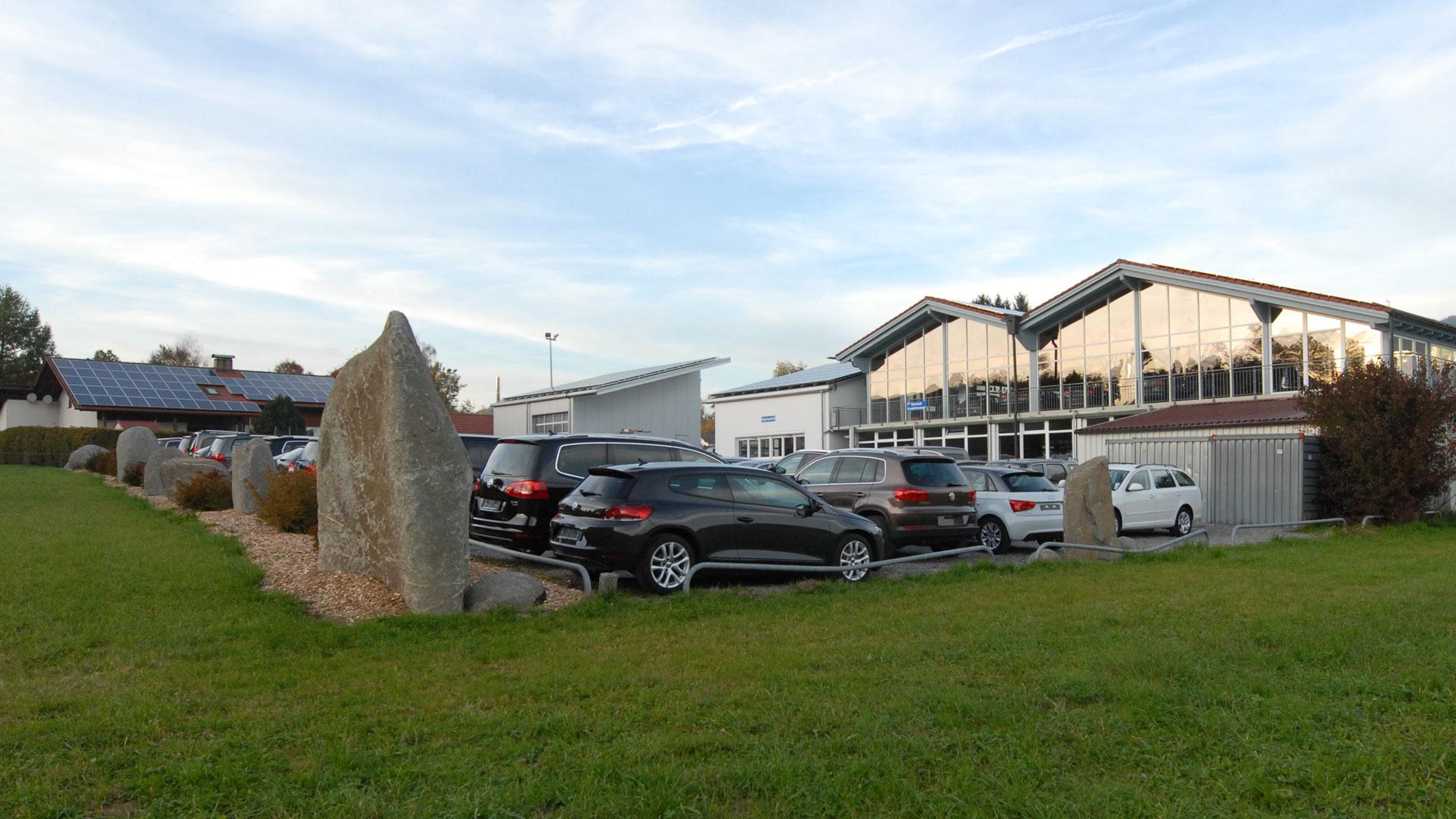 Steinsetzung rund um den Parkplatz eines Autohauses durch das Architekturbüro atelier8 in Frankfurt
