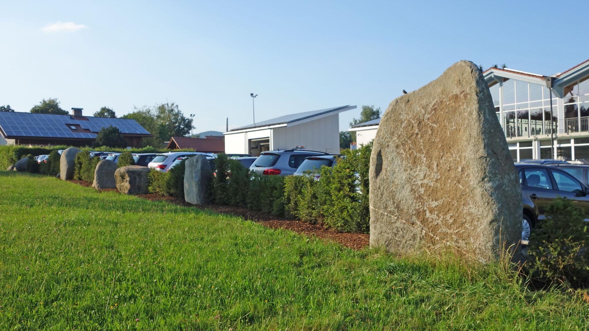 Steinsetzung im Außenbereich eines Autohauses durch das Architekturbüro atelier8 in Frankfurt