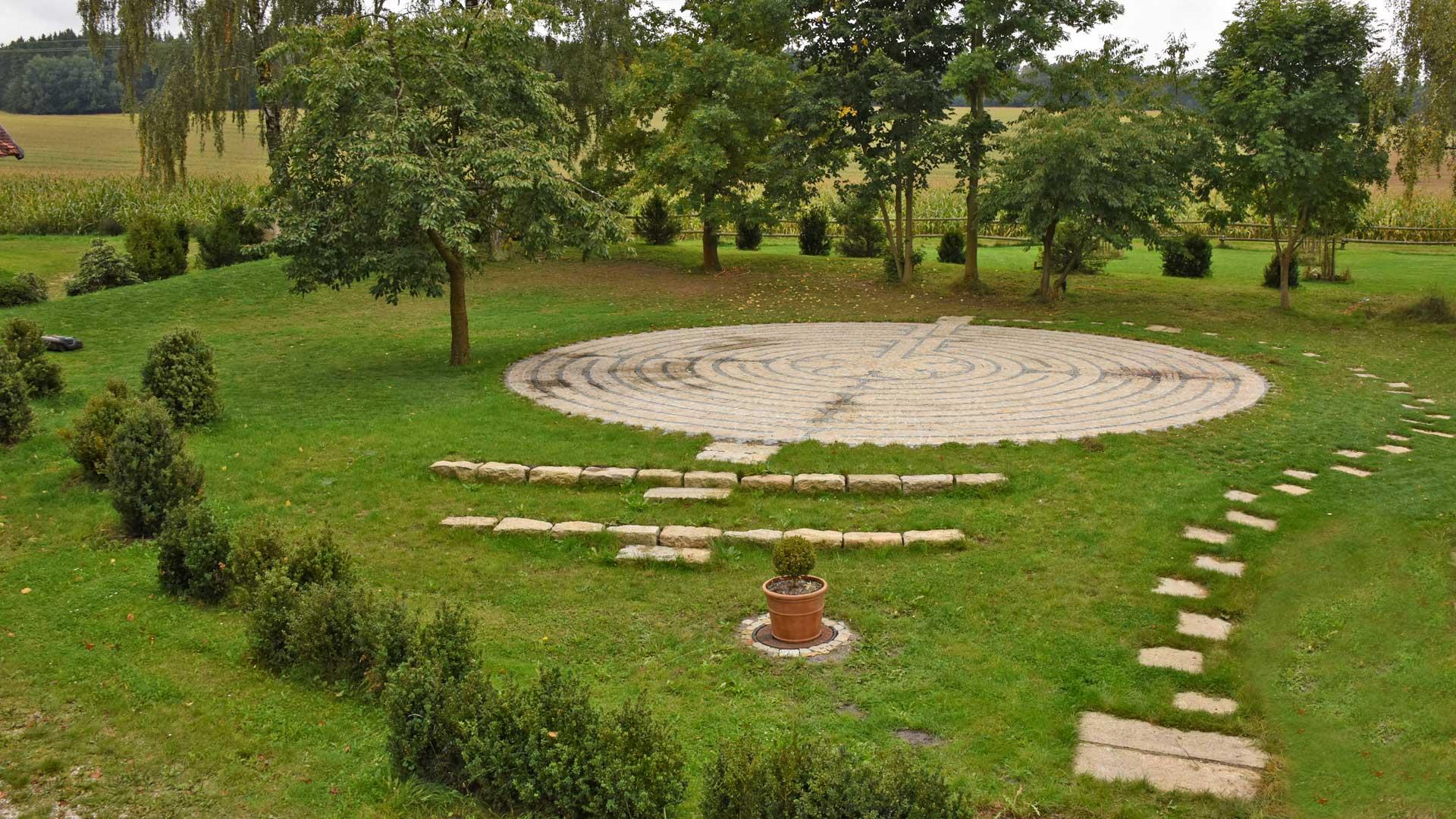 Labyrinth aus Steinen in einer Gartenanlage nach dem Vorbild der Kathedrale von Chartre geplant und realisiert durch das Architekturbüro atelier8 Barbara Jurk in Frankfurt
