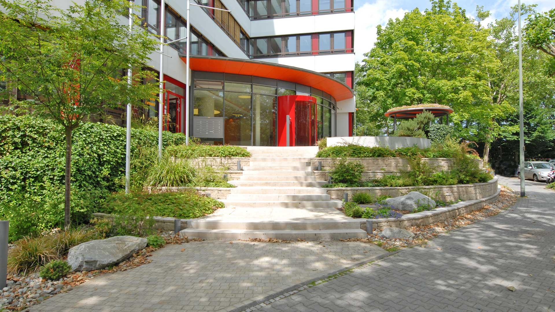 Treppenaufgang zu einem nach Feng Shui gestaltetem Außenbereich vor einem Bürogebäude