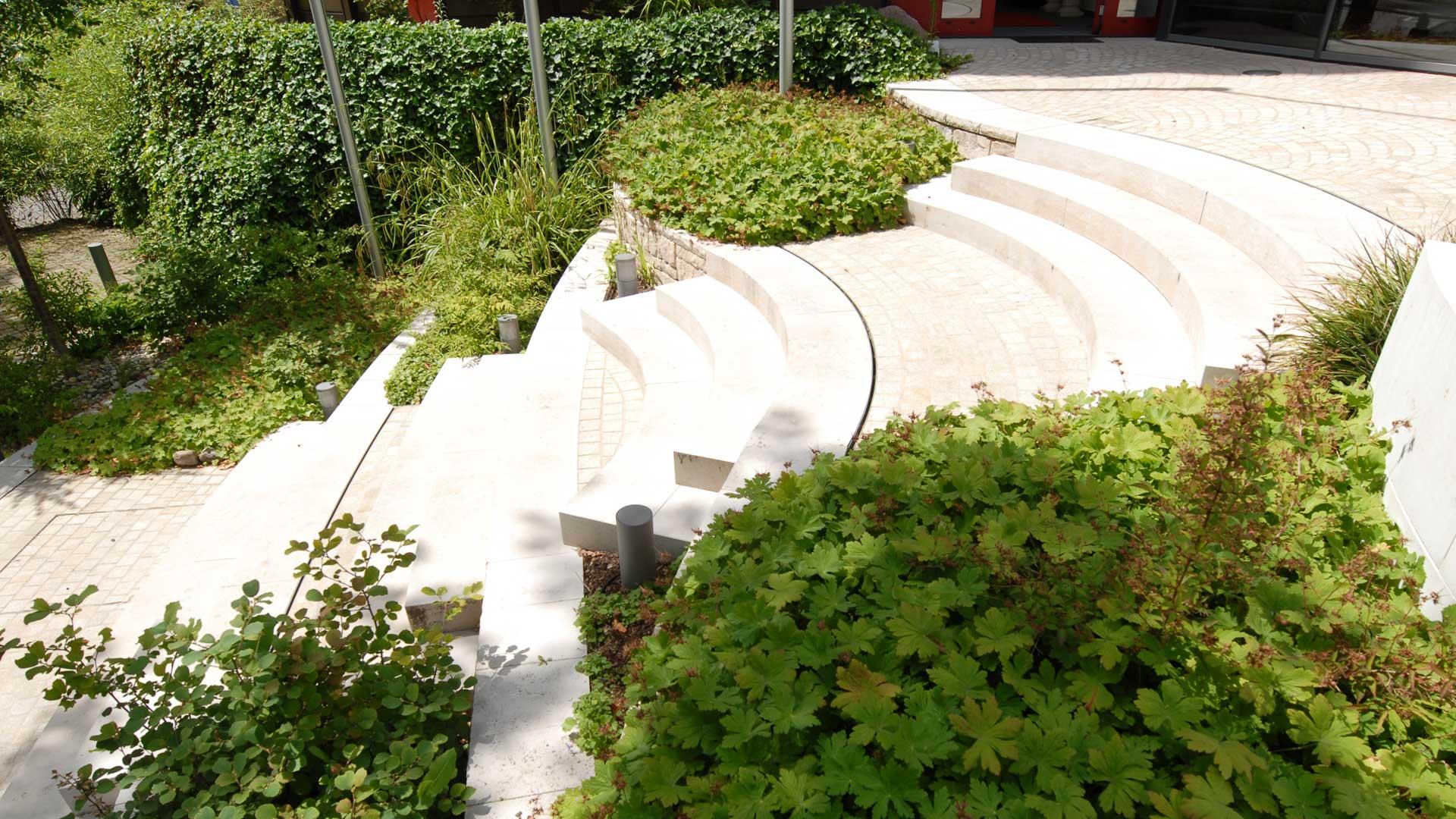 Geschwungene Treppenstufen gestaltet nach Feng Shui im Außenbereich eines Bürogebäudes geplant vom Architekturbüro atelier8 in Frankfurt