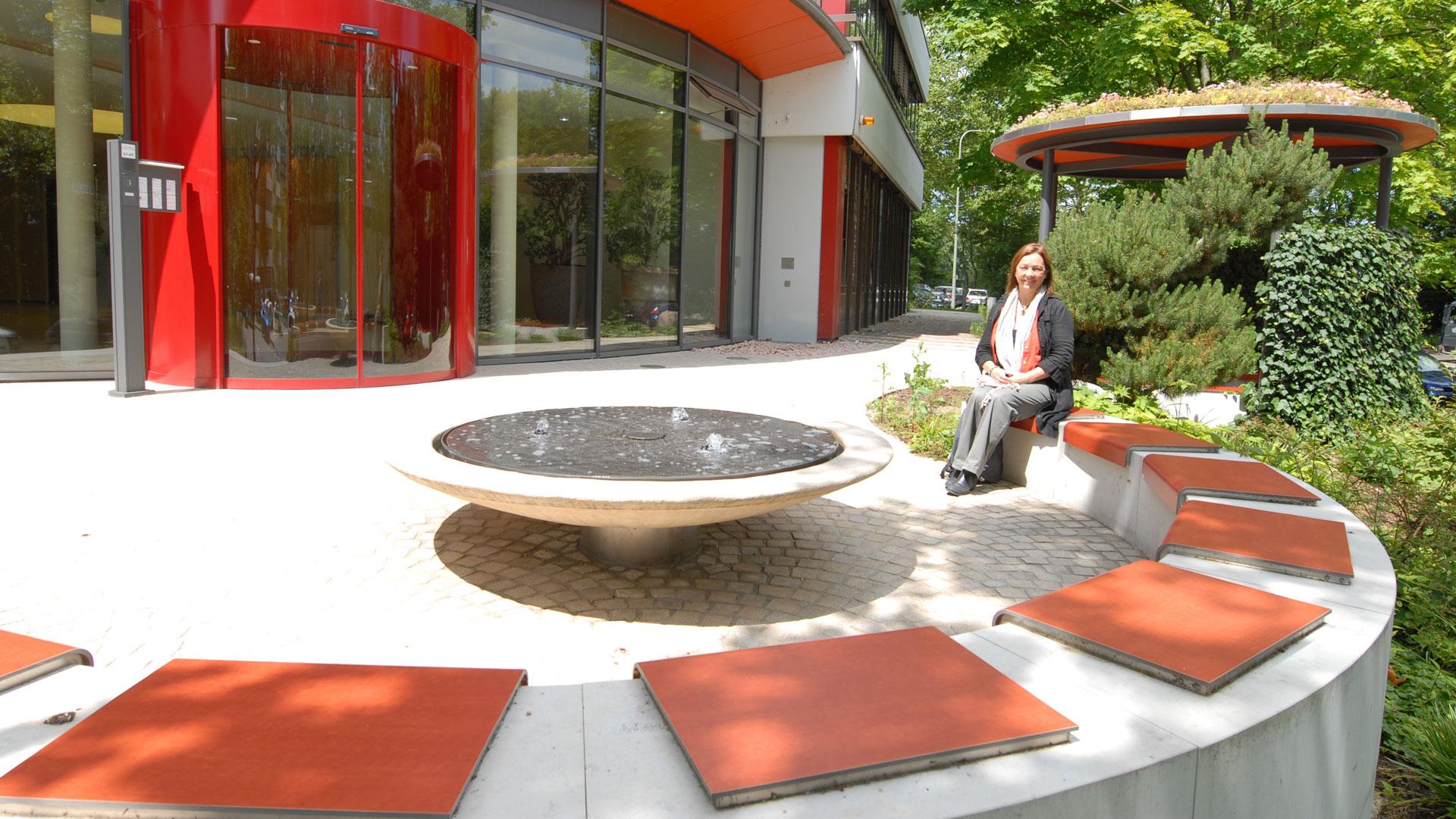 Außenanlage mit Wasserspiel, Sitzecke und Eingangsbereich des Forum Eschborn Bürohaus Frankfurt - Planung und Gestaltung von atelier8 Barbara Jurk