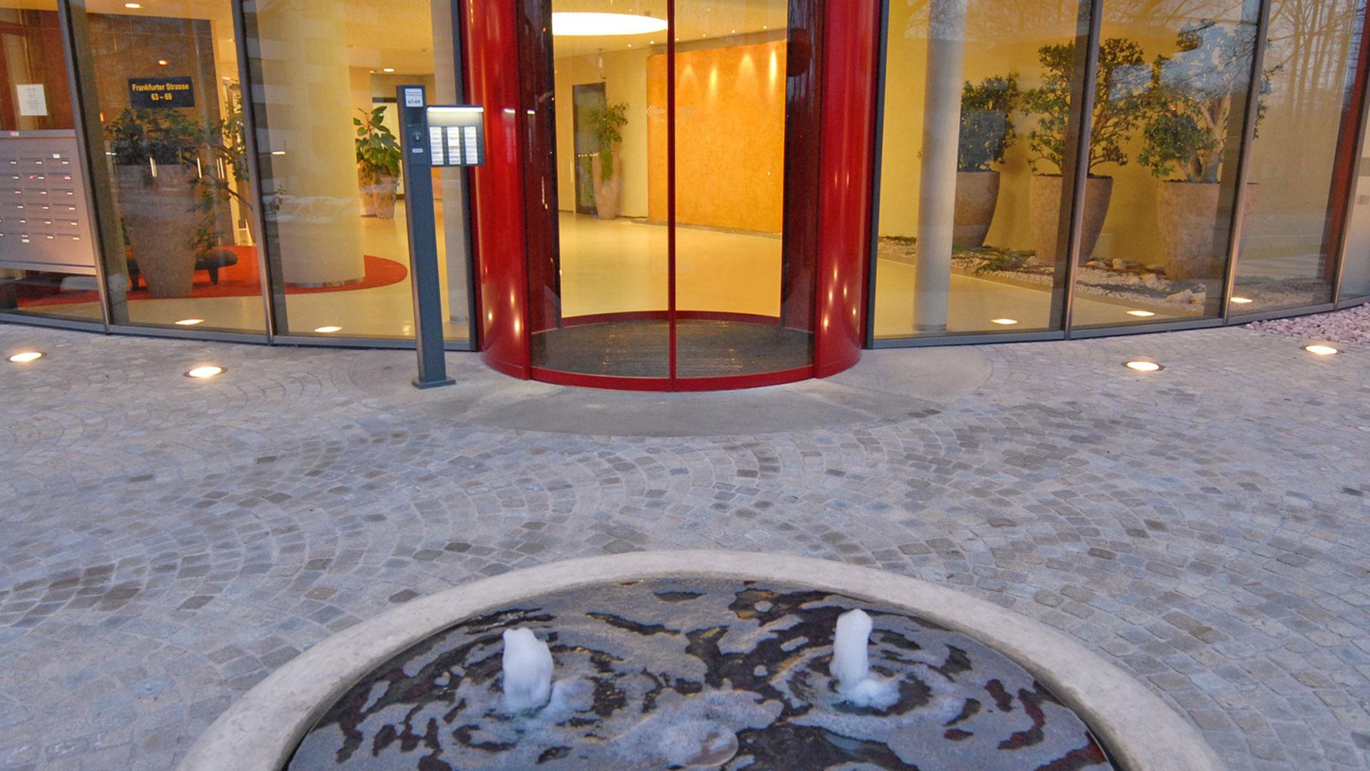 Außenanlage mit Wasserspiel und Eingangsbereich des Forum Eschborn Bürohaus Frankfurt - Planung und Gestaltung von atelier8 Barbara Jurk
