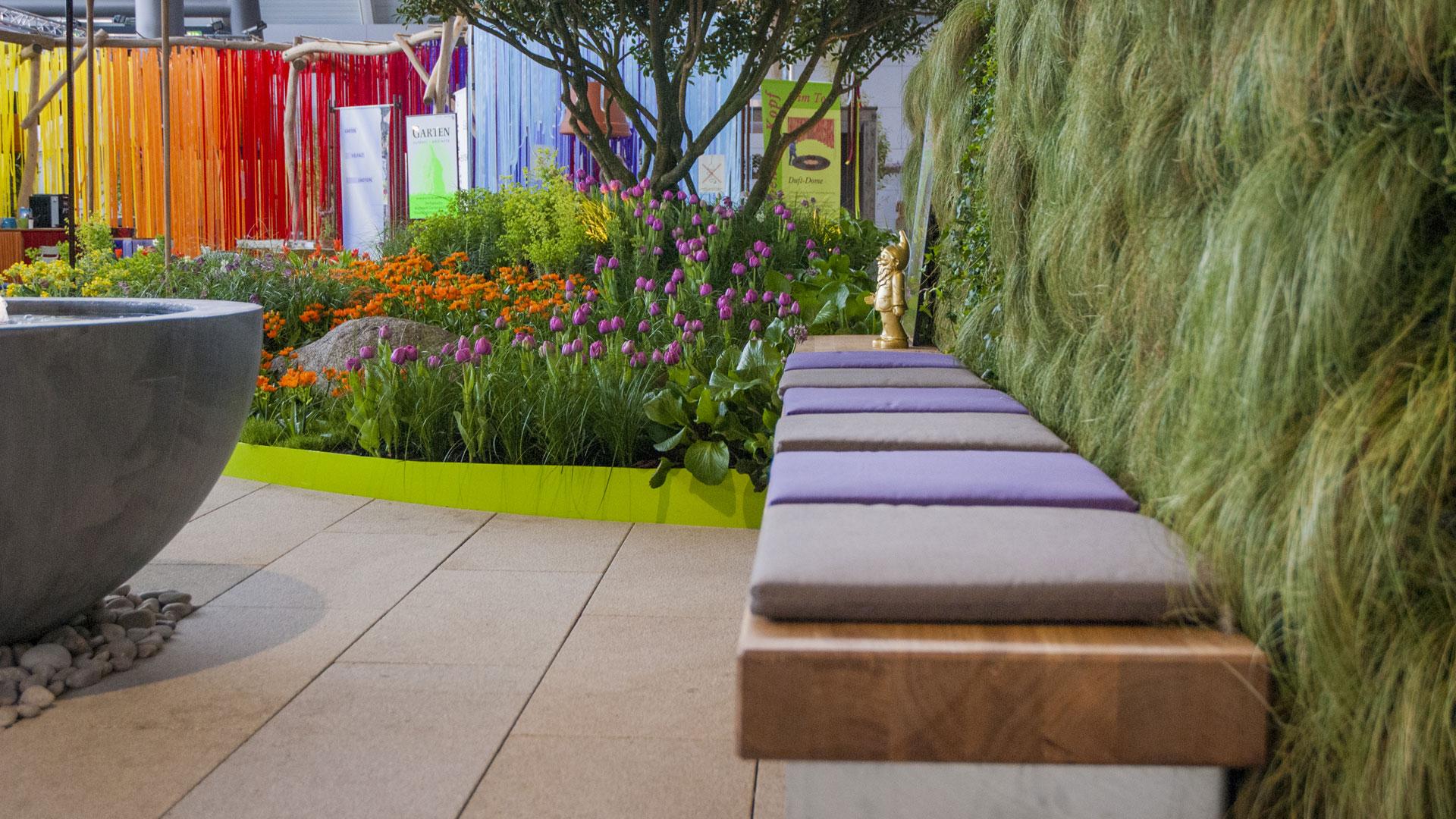 Messestand mit Sitzecke, Blumenrabatte und Brunnen in farblich harmonischer Gestaltung zur Gartenmesse Stuttgart vom Architekturbüro atelier8 Barbara Jurk in Frankfurt
