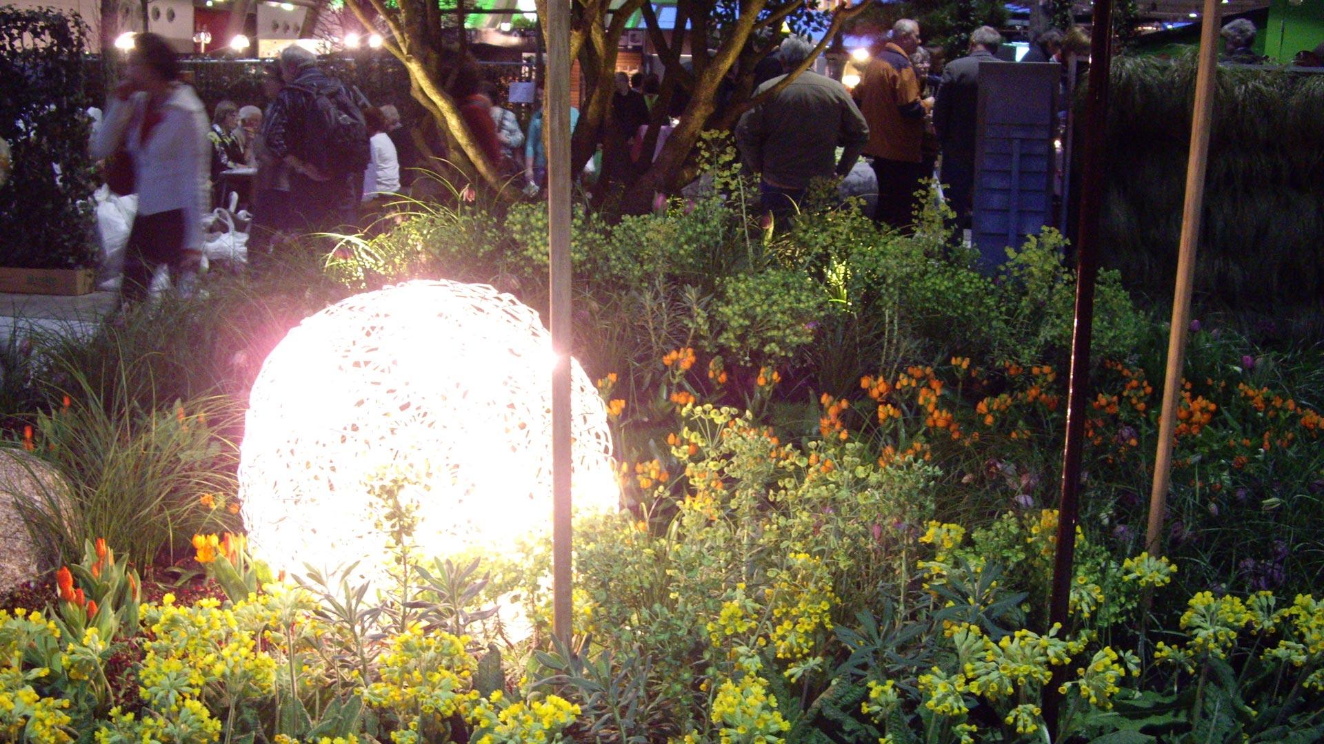 Lichtkugel in einer Blumenrabatte zur Gartenmesse in Stuttgart