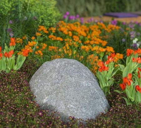 Stein eingebettet in einer Blumenrabatte geplant und realisiert durch das Architekturbüro atelier8 Barbara Jurk in Frankfurt