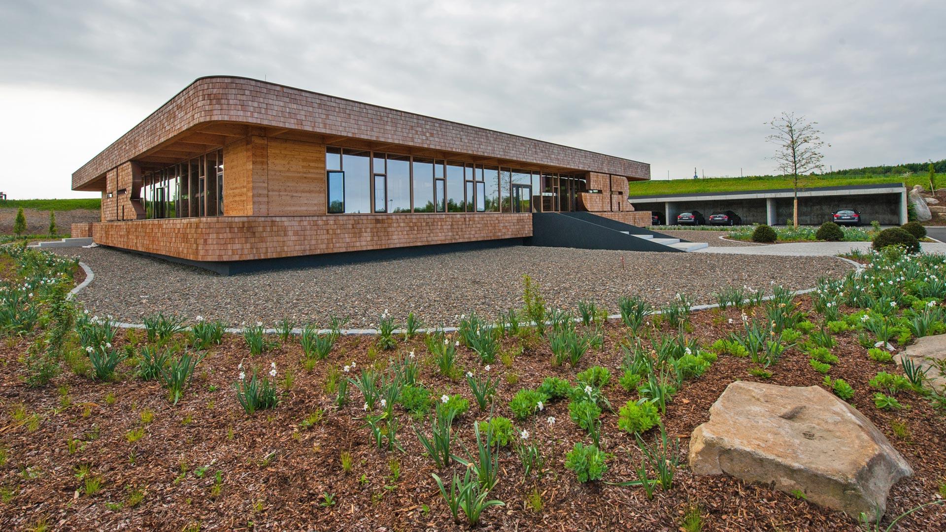 Firmengebäude mit Gestaltung der Außenanlagen nach Feng Shui und Geomantie durch das Architekturbüro atelier8 in Frankfurt