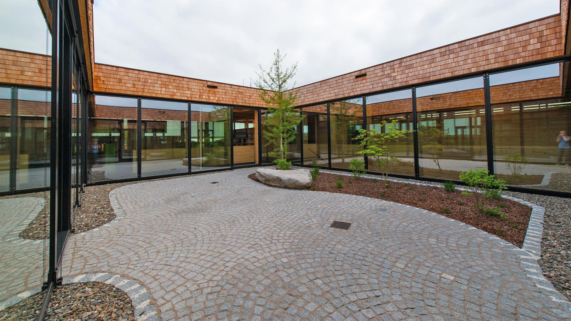 Gestaltung des Innenhofs eines Firmengebäudes nach Feng Shui und Geomantie durch das Architekturbüro atelier8 in Frankfurt